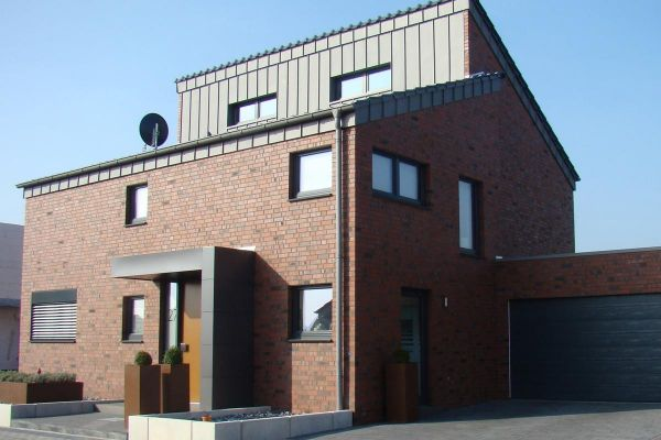 Einfamilienhaus Mit Sandstein H3 mit Klinker 101-103-NF rot - bunt -Kohle