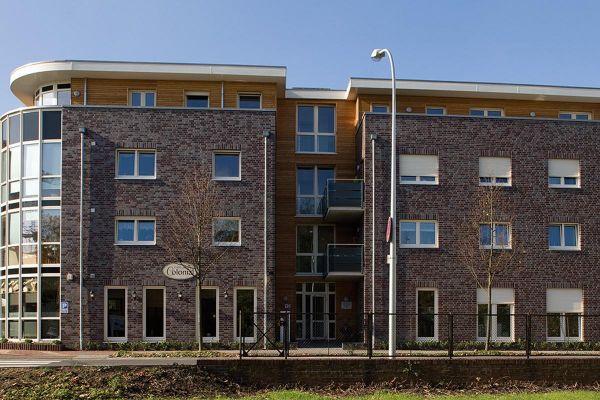 Mehrfamilienhaus / Bürogebäude H2 mit Klinker 102-113-NF rot-grau
