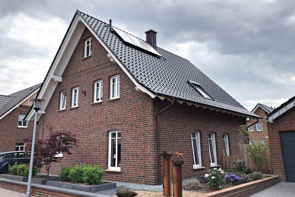 Einfamilienhaus   H11 mit Klinker 104-105-NF rot-bunt