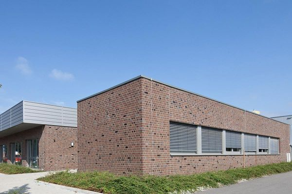 Bürogebäude H1 mit Klinker 102-122-NF braun-Kohle