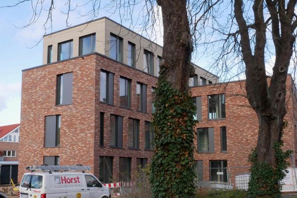 Mehrfamilienhaus / Bürogebäude H1 mit Klinker 102-138-DF rot - blau - bunt